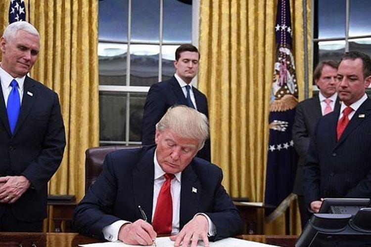 Presiden AS Donald Trump mulai menjalankan tugas eksekutifnya di Ruang Oval, Gedung Putih, Amerika Serikat.