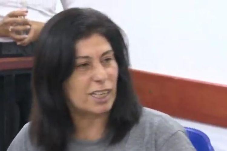 Khalida Jarrar, politisi Palestina saat masih dalam pengadilan Israel. [SS/YOUTUBE/AL JAZEERA]
