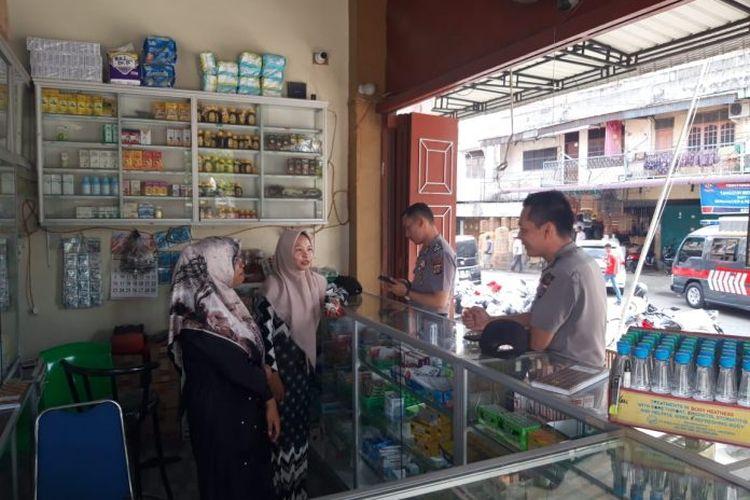 Polisi memeriksa toko obat yang menjual masker di Panton Labu, Kecamatan Tanah Jambo Aye, Aceh Utara, Jumat (6/3/2020)