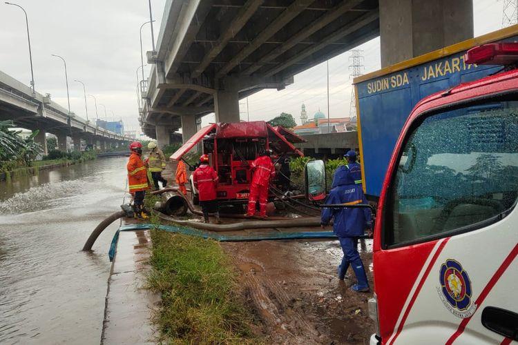 Petugas damkar menyedor air dari permukiman warga ke Aliran Kalimalang. Hujan deras yang mengguyur beberapa wilayah DKI Jakarta, membuat saluran PHB Sulaiman di Kelurahan Cipinang Melayu, Jakarta Timur, meluap pada Kamis (5/8/2021) siang.
