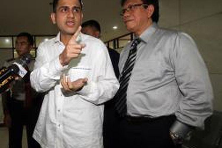 Mantan Bendahara Partai Demokrat M Nazaruddin (berkemeja putih) menjawab pertanyaan wartawan sebelum bersaksi dalam sidang terdakwa Dedi Kusdinar di Pengadilan Tindak Pidana Korupsi, Jakarta, Kamis (16/1/2014). Nazaruddin diperiksa terkait perannya dalam kasus korupsi proyek Hambalang yang melibatkan terdakwa Deddy Kusdinar. (TRIBUNNEWS/DANY PERMANA)