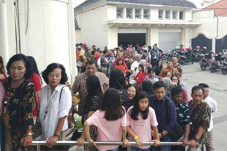 Warga mengantre untuk bersalaman dan foto bersama Wali Kota Surakarta, FX Hadi Rudyatmo dalam open house Natal di Loji Gandrung Solo, Jawa Tengah, Rabu (25/12/2019).