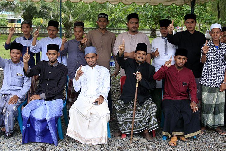 Tgk Ahmad Tajuddin, bersama santri di Dayah Al Mujahirin, Lampisang, Aceh Besar menyatakan dukungan untuk calon Presiden dan Wakil Presiden Joko Widodo - Maruf Amin pada Pilpres mendatang, Minggu (07/04/2019).