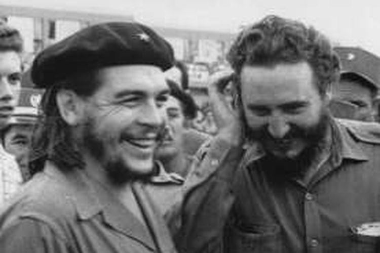 Foto yang diambil pada 1960-an ini memperlihatkan Fidel Castro (kanan), saat itu adalah perdana menteri Kuba, bertemu dengan rekan seperjuangannya Ernesto