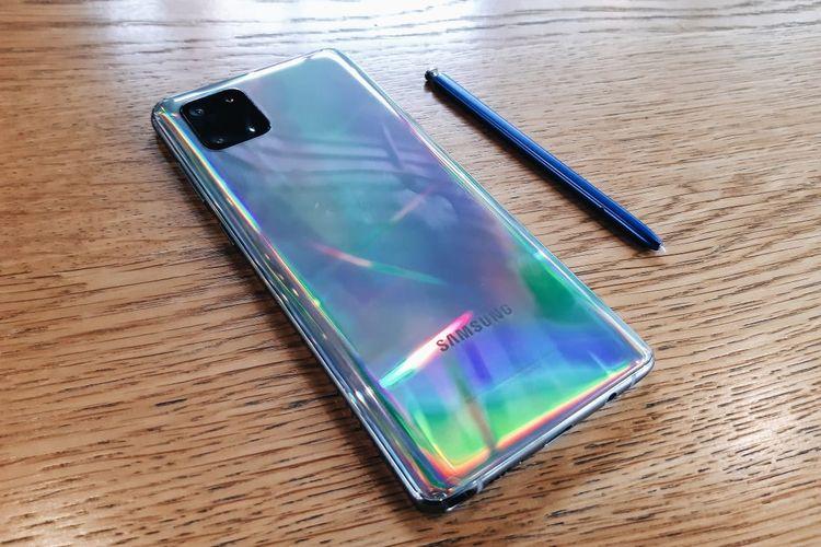 Tampak punggung Samsung Galaxy Note 10 Lite, dengan stylus S-Pen di sisinya.