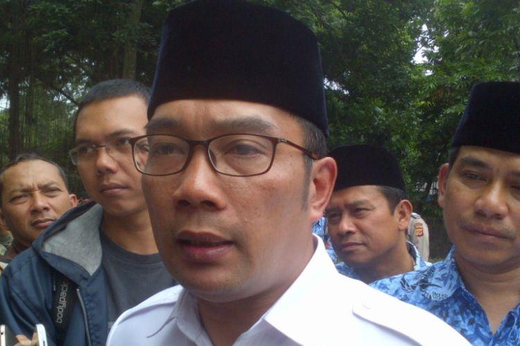 Wali Kota Bandung Ridwan Kamil saat diwawancarai awak media usai menghadiri grounbreaking proyek taman air Tirtawening, Jalan Tamansari, Jumat (17/3/2017).