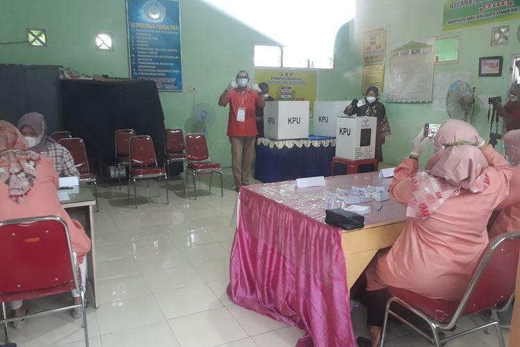Wali Kota Surabaya Tri Rismaharini beserta keluarga jalan kaki menuju TPS 001, Balai RW 06 Jalan Wiyung Indah, Kelurahan Jajar Tunggal, Kecamatan Wiyung, Surabaya, Rabu (9/12/2020).