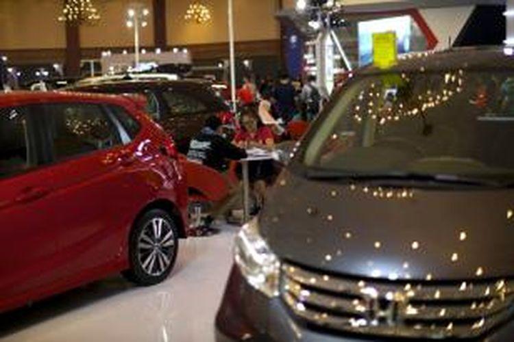 Pameran otomotif lokal Jakarta Auto Show (JAS) 2015 di JCC, Senayan, Jakarta, Rabu (28/10/2015). Meski terjadi perlambatan penjualan mobil, Gaikindo optimis penjualan mobil menyentuh angka 1 juga hingga akhir tahun.