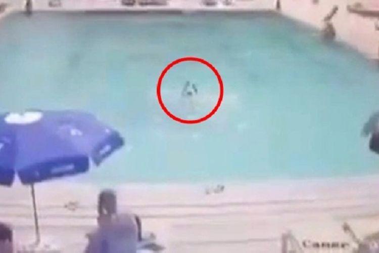 Potongan rekaman CCTV di Turki menunjukkan seorang bocah 8 tahun berjuang untuk tetap mengapung setelah dia tenggelam di kolam renang, di depan orangtuanya.