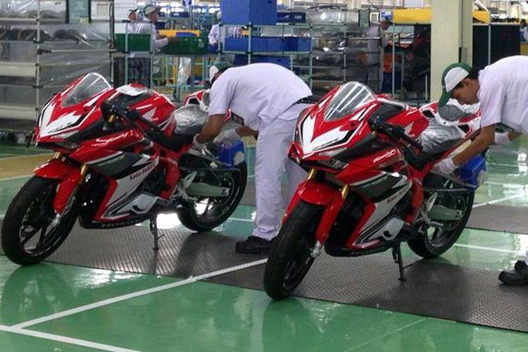 Produksi Honda CBR250RR di pabrik Karawang, Kamis (3/11/2016).