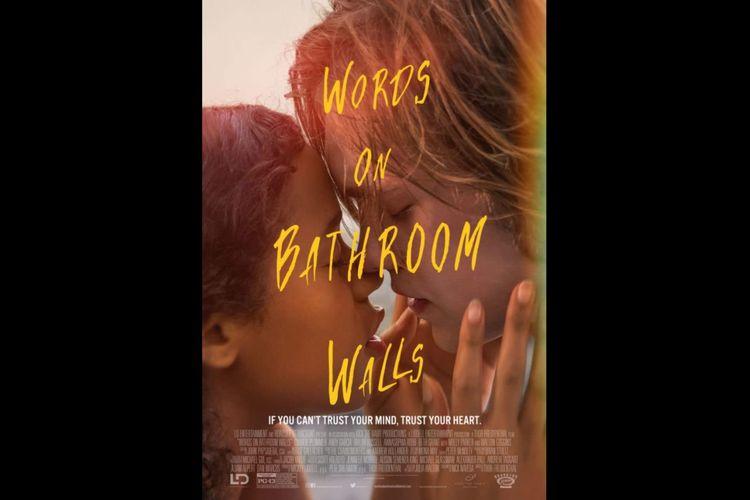Charlie Plummer dan Taylor Russell dalam film Words on Bathroom Walls (2020).