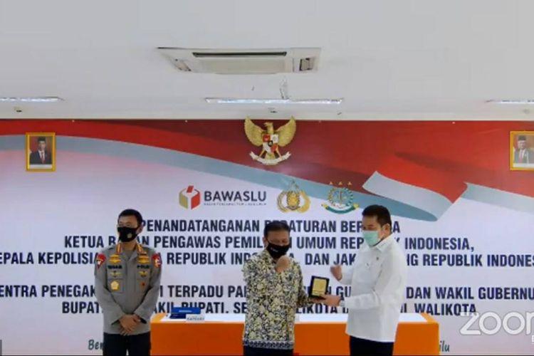 Foto tangkapan layar penandatanganan Peraturan Bersama Sentra Gakkumdu antara Bawaslu, Kepolisian RI dan Kejaksaan Agung di Kantor Bawaslu, Jakarta Pusat, Senin (20/7/2020).