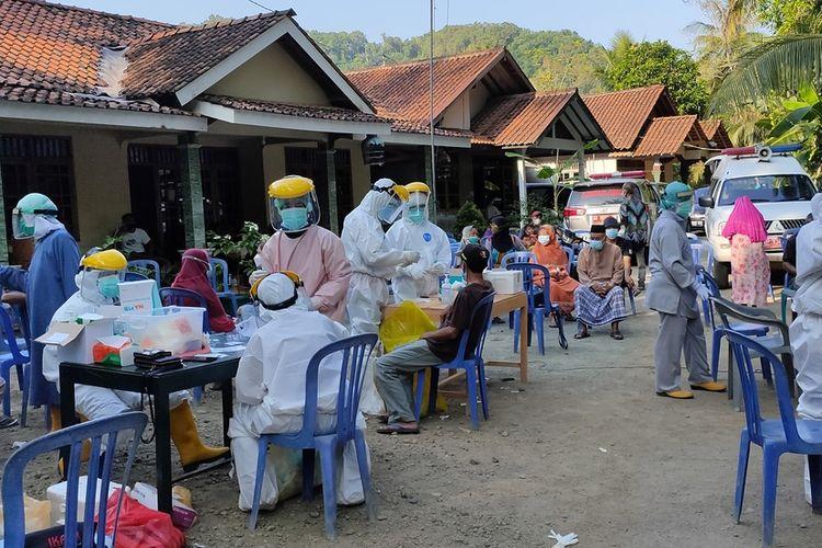 Sebanyak 132 orang mengikuti tes Rapid Antigen ini di Pedukuhan Kadigunung, Kalurahan Hargomulyo, Kapanewon Kokap, Kabupaten Kulon Progo, Daerah Istimewa Yogyakarta.