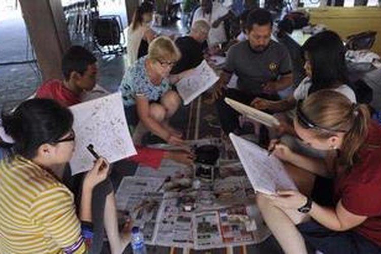 Sejumlah wisatawan asing berlatih membatik di Tembi Rumah Budaya, Desa Timbulharjo, Sewon, Bantul, DI Yogyakarta.