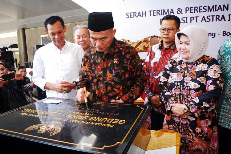 Menteri Pendidikan dan Kebudayaan Muhadjir Effendy meresmikan gedung Sekolah Menengah Kejuruan (SMK) Negeri 1 Leuwiliang, Kabupaten Bogor, Rabu (12/7/2017).