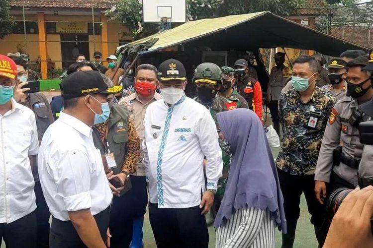 Menko PMK Muhadjir Effendy meminta relawan dan tim SAR gabungan di lokasi longsor Sumedang, tidak melupakan protokol kesehatan. AAM AMINULLAH/KOMPAS.com