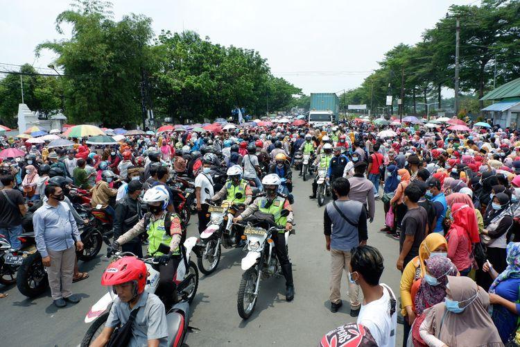 Ribuan buruh dari PT Nikomas Gemilang melakukan aksi unjuk rasa di depan gerbang perusahaan sepatu