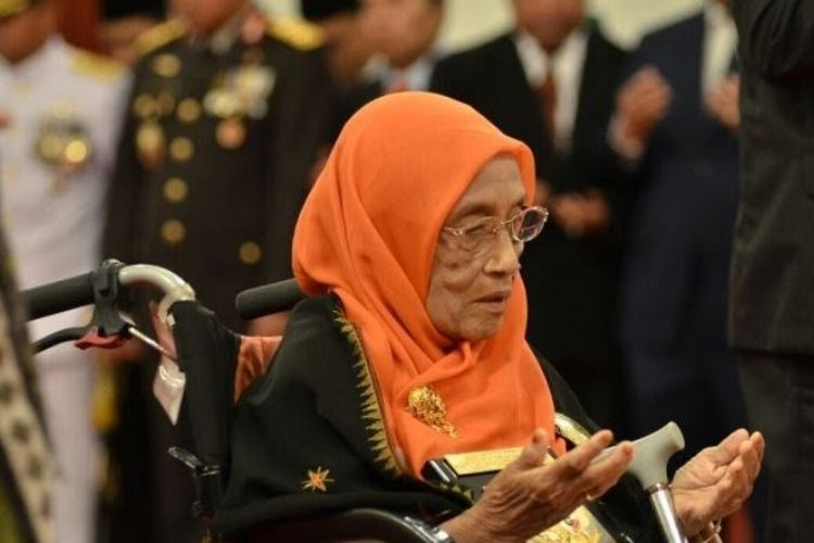 Yang Mulia Sultanah Teungku Putroe Safiatuddin Cahya Nur Alam, pewaris utama Kesultanan Aceh, meninggal dunia pada usia 86 tahun, Rabu (6/6/2018). Jenazahnya dibawa ke Aceh dan dikebumikan di kompleks makam Sultan Aceh Darussalam yang berada di samping Pendopo Gubernur Aceh di Banda Aceh.