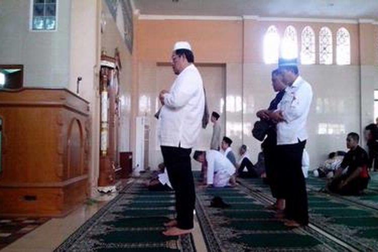 Gubernur Jawa Barat Ahmad Heryawan shalat sunah setelah menjadi khatib dan imam di Masjid Jami An Nur Cikarang, Bekasi, Jumat (8/2/2013).