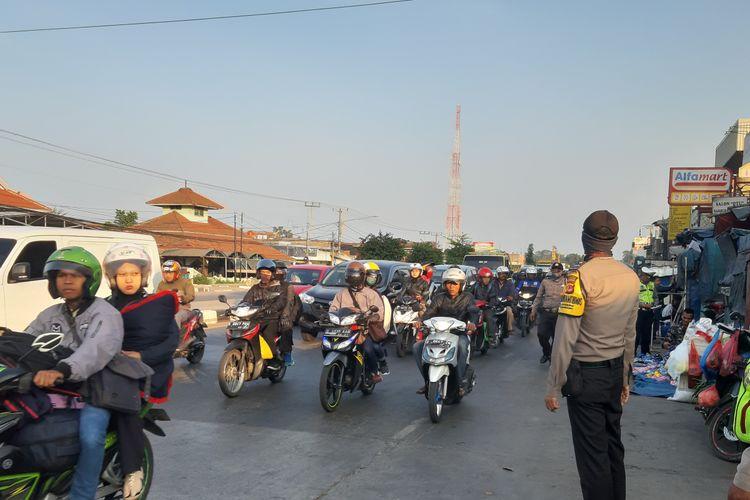Pemudik motor melintas di depan PT Kahatex, Kamis (30/5/2019) pagi. Memasuki H-6 Lebaran 2019, arus lalu lintas di Jalan Raya Bandung-Garut masih ramai lancar.