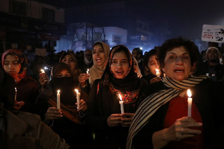 Warga India membawa lilin sebagai bentuk protes UU Kewarganegaraan di New Delhi, India (29/12/2019).