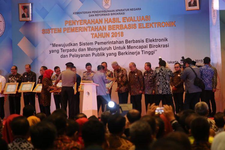 Wapres RI Jusuf Kalla menyerahkan penghargaan predikat sangat baik pada evaluasi Sistem Pemerintahan Berbasis Elektronik (SPBE) tahun 2018 kepada Gubernur Jawa Tengah (Jateng), di Hotel Bidakara, Jakarta, Kamis (28/3/2019).