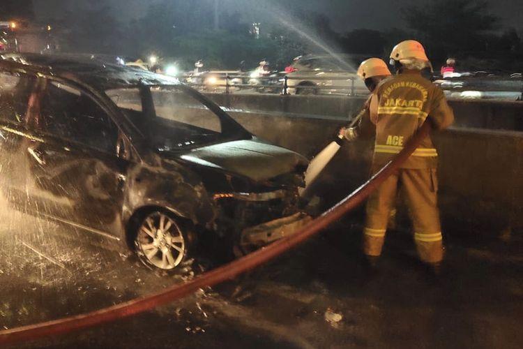 Sebuah mobil Grand Livina bernomor B 1693 CGY terbakar di dalam Tol JORR Pondok Indah - Pasar Rebo tepatnya di dekat Hotel Aston Pasar Rebo, Pasar Minggu pada Selasa (3/11/2020) sekitar pukul 21.00 WIB.