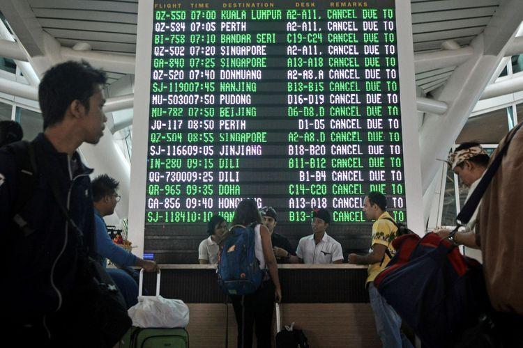 Sejumlah warga negara asing mencari informasi di Terminal Internasional Bandara Ngurah Rai, Denpasar, Senin (27/11/2017). Bandara Ngurah Rai menutup semua penerbangan pada Senin mulai pukul 07.00 WITA karena terdampak abu vulkanis letusan Gunung Agung.