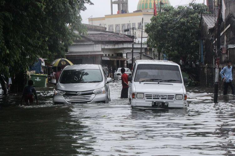 Suasana pemukiman yang terendam banjir akibat hujan di wilayah Cempaka Baru, Kemayoran, Jakarta Pusat, Jumat (24/1/2020). Badan Meteorologi, Klimatologi, dan Geofisika (BMKG) memperkirakan dalam periode sepekan kedepan, hujan disertai petir terjadi di sejumlah wilayah Indonesia.