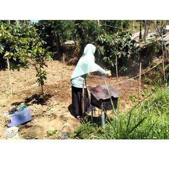 Pemasangan alat irigasi otomatis yang dapat menghalau embun upas oleh mahasiswa UGM.
