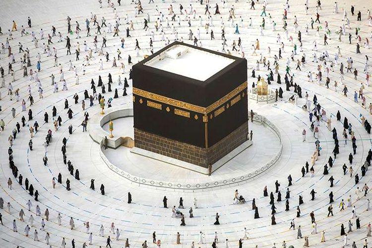 Umat Muslim mengitari Ka'bah saat melakukan tawaf ibadah haji dengan penerapan protokol kesehatan di Masjidil Haram, Kota Mekah, Arab Saudi, Minggu (2/8/2020). Pelaksanaan haji yang istimewa tahun ini di tengah pandemi Covid-19 hanya diikuti sekitar 1.000 jemaah, dengan protokol kesehatan yang ketat.