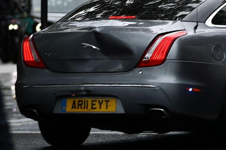 Mobil sedan Jaguar yang membawa PM Inggris Boris Johnson terlihat penyok di bagian belakang, usai terlibat kecelakaan beruntun akibat menghindari demonstran di jalan. Kecelakaan ini terjadi pada Rabu (17/6/2020).