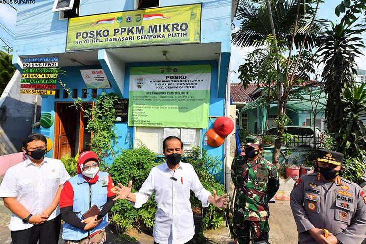 Presiden Joko Widodo melakukan inspeksi mendadak (sidak) ke Kecamatan Cempaka Putih, Jakarta Pusat, Jumat (25/6/2021) siang, untuk meninjau Pemberlakuan Pembatasan Kegiatan Masyarakat (PPKM) skala mikro. Dalam kunjungannya, Jokowi didampnigi Menteri Kesehatan (Menkes) Budi Gunadi Sadikin, Panglima TNI Marsekal Hadi Tjahjanto, dan Kapolri Jenderal Pol Listyo Sigit Prabowo.