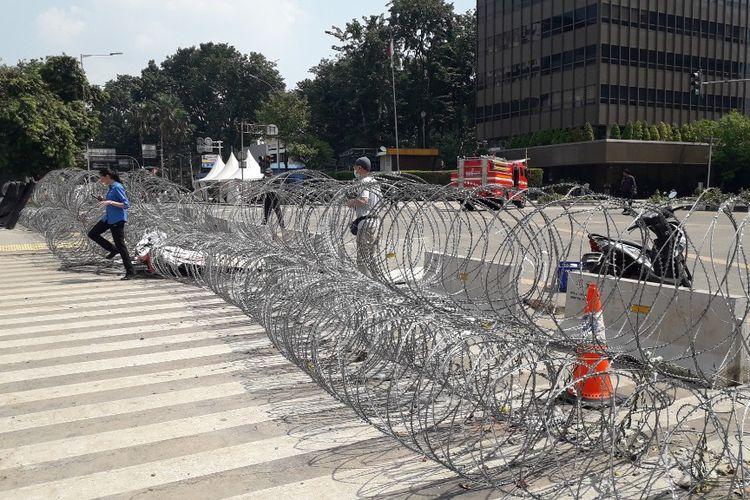 Barikade kawat berduri masih terpasang di depan Kantor Bawaslu RI, Jalan MH Thamrin, Jakarta Pusat, Kamis (23/5/2019) siang