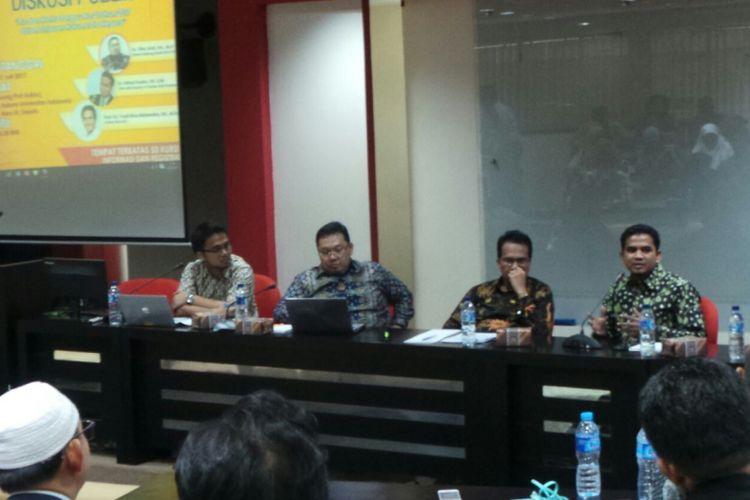 Dari kiri ke kanan foto, moderator acara, kemudian Ketua Bidang Studi Hukum Tata Negara FH UI Fitra Arsil, Staf Ahli Deputi V Kantor Staf Presiden Ifdhal Kasim, dan Mantan Anggota Pansus Rancangan Undang-Undang Ormas Indra, pada acara diskusi publik bertema Pro dan Kontra Perppu No 2 Tahun 2017 dalam Tinjauan Hukum Tata Negara di Fakultas Hukum Universitas Indonesia, Depok, Jawa Barat, Jumat (21/7/2017).