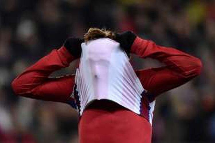 Striker Atletico Madrid, Antoine Griezmann, tampak kecewa saat gagal menyelesaikan peluang mencetak gol ke gawang Espanyol pada pertandingan La Liga, Sabtu (3/12/2016).