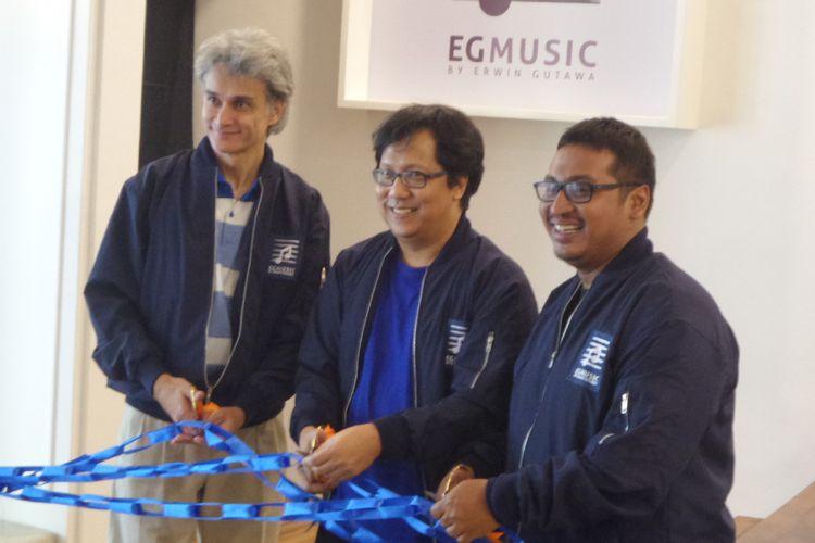 Musisi dan Komposer ternama Erwin Gutawa (tengah) bersama Program Director EGMS Eric Awuy dan General Manager EGMS Asmoro Jati saat peresmian Erwin Gutawa Music School, Jalan Suryo No. 19, Jakarta Selatan, Rabu (17/1/2018).