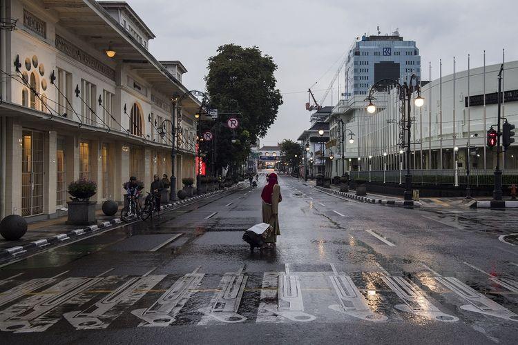 Suasana penutupan Jalan Asia Afrika di Bandung, Jawa Barat, Jumat (17/4/2020). Pembatasan Sosial Berskala Besar (PSBB) dalam rangka percepatan penanganan COVID-19 di Bandung Raya akan diterapkan pada hari Rabu (22/4/2020) mendatang. ANTARA FOTO/M Agung Rajasa/wsj.