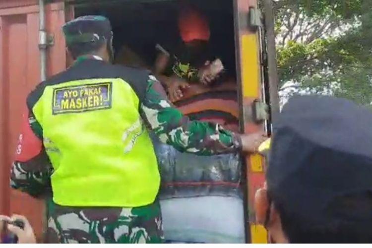 Seorang pria bersama motornya nekat bersembunyi di sebuah boks pengangkut kain supaya bisa mudik di Pos Gentong, Tasikmalaya, Kamis (6/5/2021).