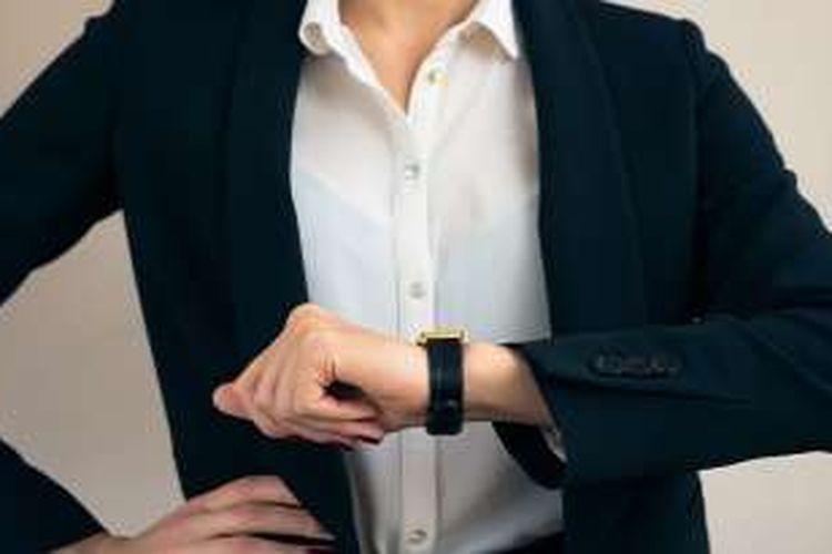 Ilustrasi penggunaan asesori jam tangan saat pergi ke kantor