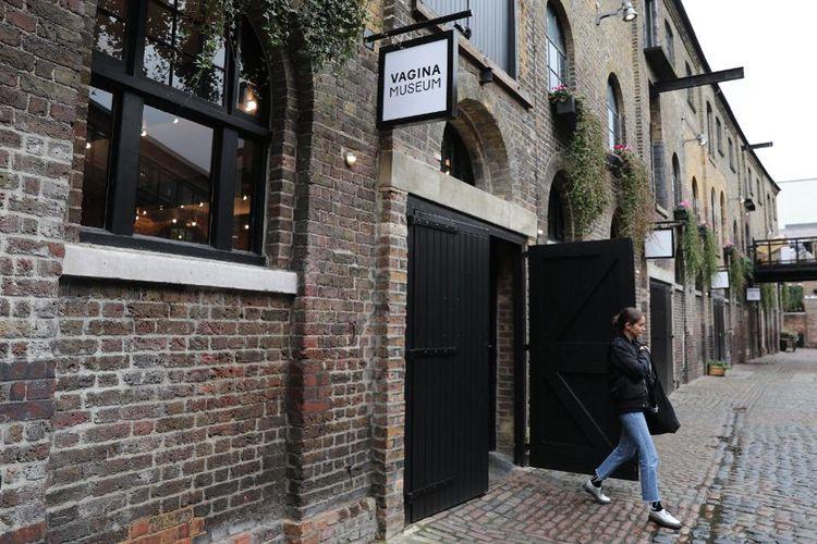 Museum Vagina pertama di dunia yang berlokasi di Camdens Stables Market London baru dibuka untuk umum pada Sabtu (16/11/2019). Tampak dari luar bangunan ini seperti kafe kekinian atau toko.