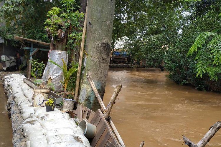 Tanggul beronjong sementara yang membatasi bagian belakang pemukiman RW 004 Kelurahan Cipinang Melayu, Jakarta Timur dengan Kali Sunter yang kerap membawa banjir kiriman dari Depok, Jawa Barat.