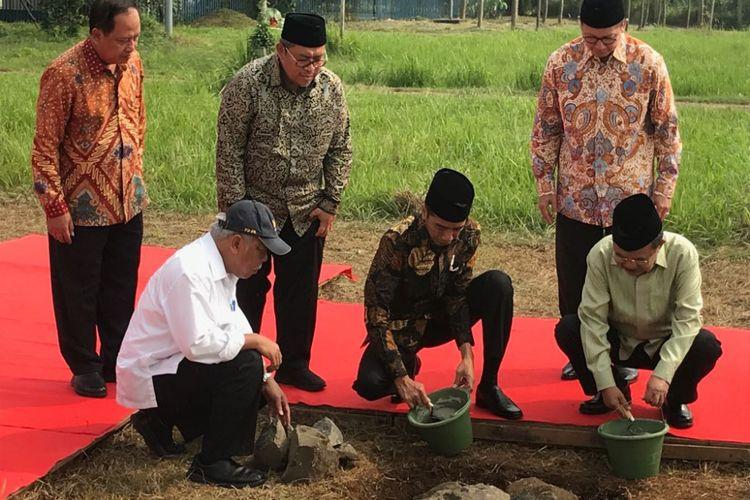 Presiden Joko Widodo, Selasa (5/6/2018) pagi, melaksanakan peletakan batu pertama pembangunan Universitas Islam Internasional Indonesia (UIII) di Cimanggis, Depok, Jawa Barat.