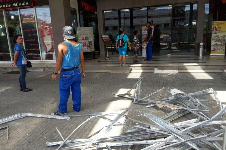 Pasca-gempa yang mengguncnag kota Ambon, pusat perbelanjaan Maluku City Mall (MCM) hingga Rabu siang (1/11/2017) masih tutup.. Tampak  petugas melarang sejumlah warga untuk memasuki mall tersebut Foto Kompas.com/Rahmat Rahman Patty
