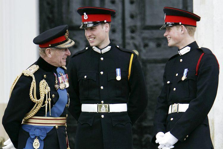 Dalam file foto 12 April 2006 ini, Pangeran Philip (kiri), berbicara dengan cucunya, Pangeran William (tengah) dan Pangeran Harry (kanan), setelah The Sovereign's Parade di Royal Military Academy di Sandhurst, Inggris.