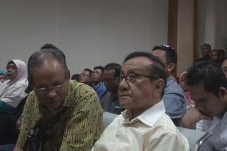 Akbar Tanjung duduk di barisan depan mengikuti persidangan Bupati Lombok Barat(non aktif) Zaini Arony dalam kasus dugaan pemerasan.