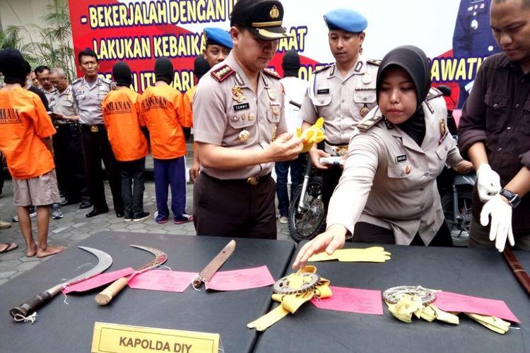 KOMPAS.com / Wijaya Kusuma (Beberapa senjata tajam yang berhasil diamankan Polresta Yogyakarta dari para pelaku Klitih dijalan Kenari, Kota Yogyakarta)