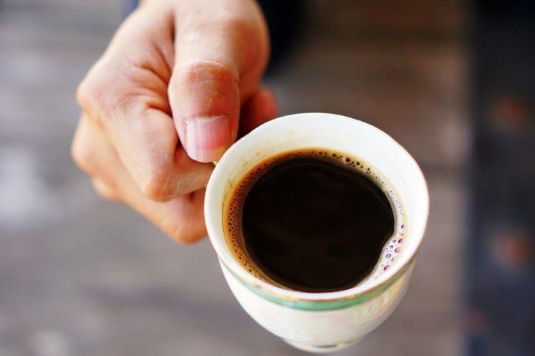 Kopi dan minuman berkafein lainnya juga termasuk salah satu makanan untuk tekanan darah rendah.