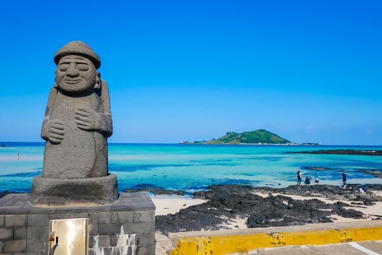 Stone Grandfather, ikon Pulau Jeju, berlatar lautan