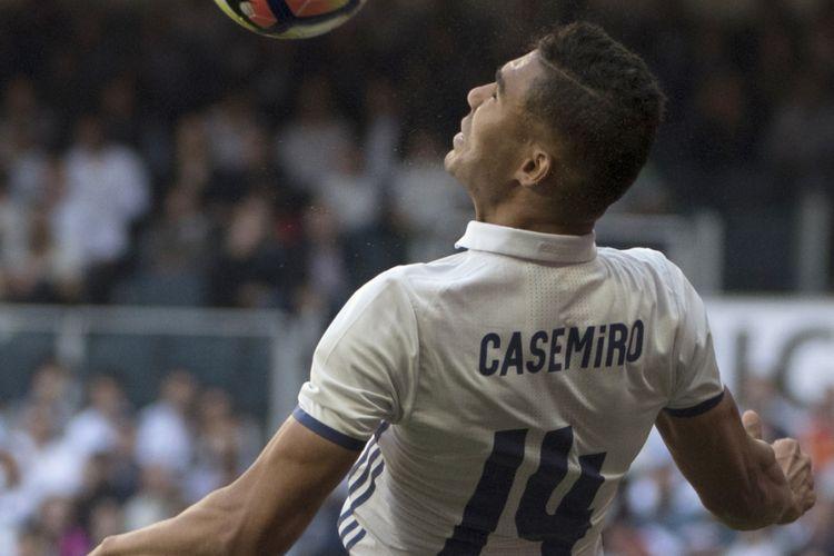 Casemiro menyambut bola saat Real Madrid melawan Atletico Madrid pada partai lanjutan La Liga - kasta teratas Liga Spanyol - di Stadion Santiago Bernabeu, 6 April 2017.